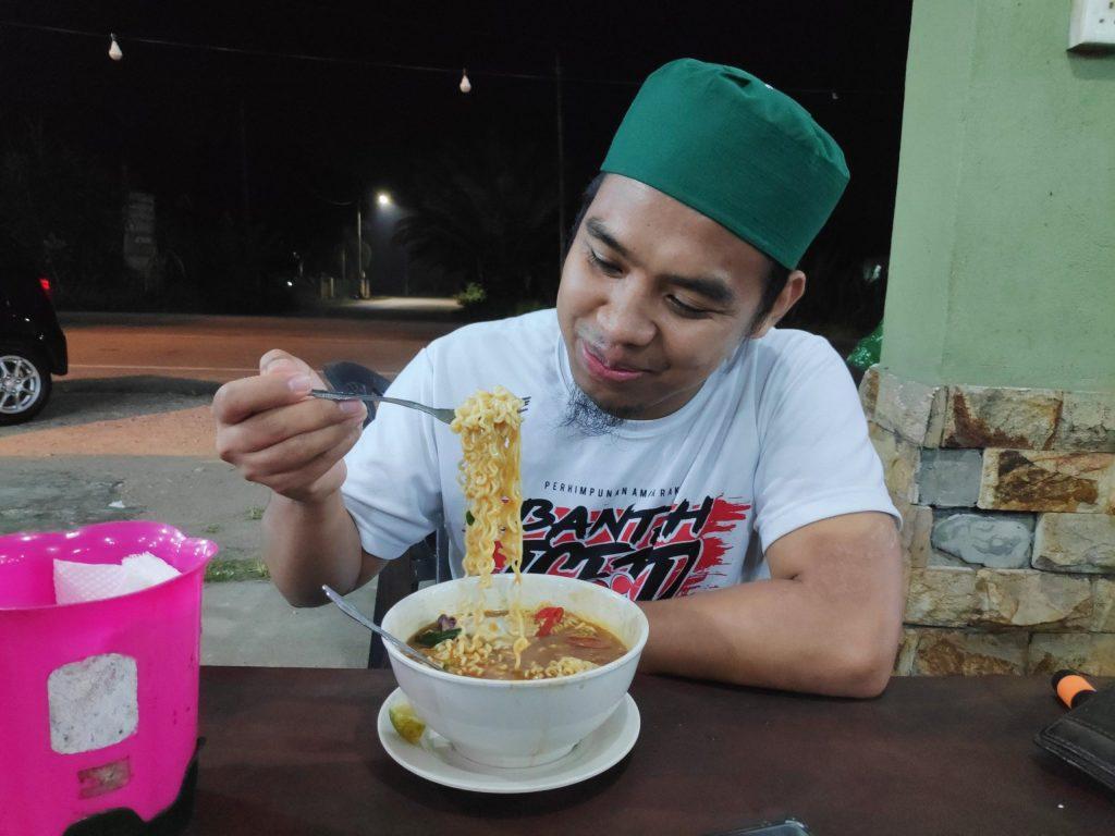 Pak Do Afifi dari duniabisnes.com sedang menikmati megi telur sotong